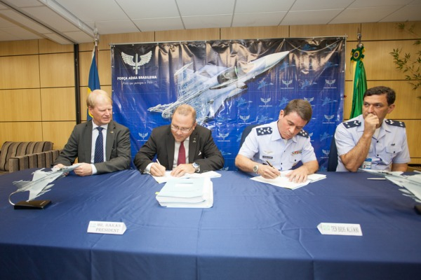 Saab and the Brazilian Airforce sign the $5.4 billion contract. Photo by Brazilian Airforce.
