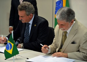The Defense Ministers of Argentina and Brazil, Agustín Rossi and Celso Amorim, signing the agreement of expansion of joint projects in the aeronautical sector.